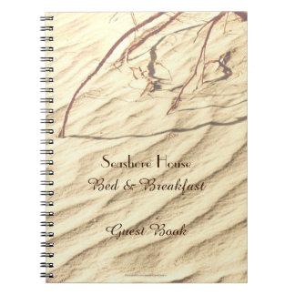 砂のベッド及び朝食B&Bの来客名簿のさざ波 ノートブック