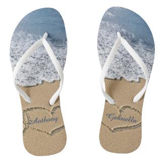 砂の名前入りなビーチサンダルのハートが付いているビーチ ビーチサンダル
