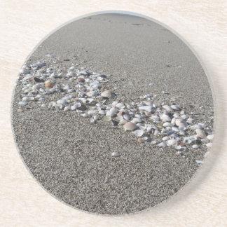 砂の夏の貝殻は背景の平面図を浜に引き上げます コースター