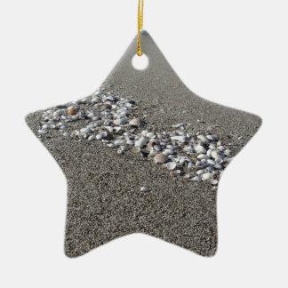 砂の夏の貝殻は背景の平面図を浜に引き上げます セラミックオーナメント