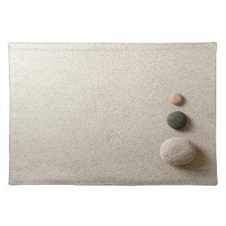 砂の背景のカラフルな禅の石 ランチョンマット