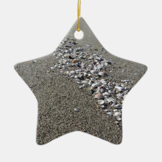 砂の貝殻。 夏のビーチの背景 セラミックオーナメント