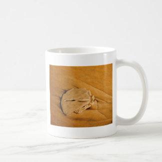 、砂ドル、波、砂浜に引き上げて下さい コーヒーマグカップ