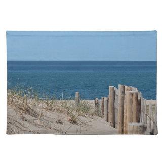 砂丘およびビーチの塀および深く青い海 ランチョンマット