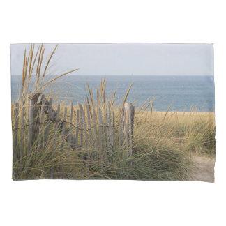 砂丘のビーチの塀 枕カバー