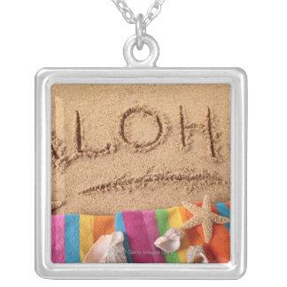 砂浜で、と書かれる単語アロハ シルバープレートネックレス