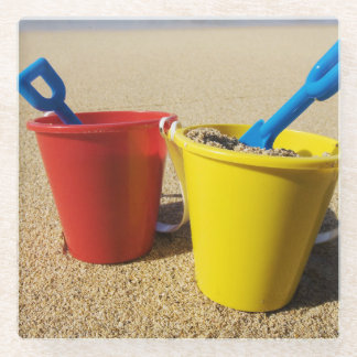 砂浜のシャベルそしてバケツ ガラスコースター
