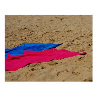 砂浜の着色されたタオル ポストカード