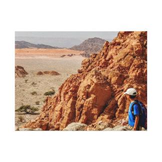 砂漠でハイキングしている男の子 キャンバスプリント