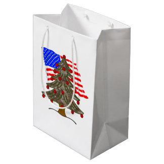 砂漠のカムフラージュのクリスマスツリーw/Americanの旗 ミディアムペーパーバッグ
