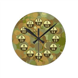 砂漠のカムフラージュの軍隊は時間を計ります ウォールクロック