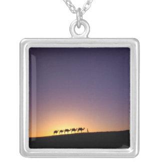砂漠のラクダのキャラバンのシルエットの シルバープレートネックレス