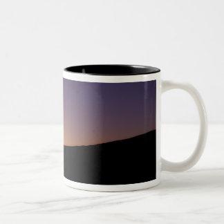 砂漠のラクダのキャラバンのシルエットの ツートーンマグカップ