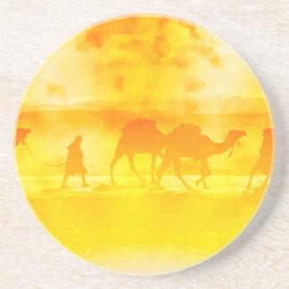 砂漠のラクダのキャラバンの日が差すことの砂岩コースター コースター