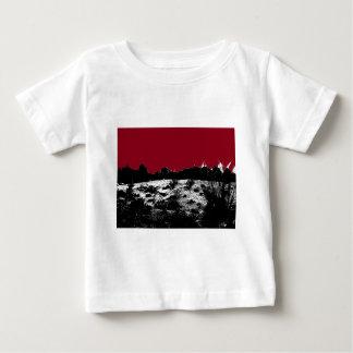 砂漠上の地球のえんじ色の空のカーブ ベビーTシャツ