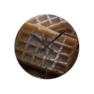砂糖によってブリュッセルの振りかけられるワッフル ラウンド壁時計