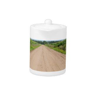 砂道およびトウモロコシ畑が付いている田舎
