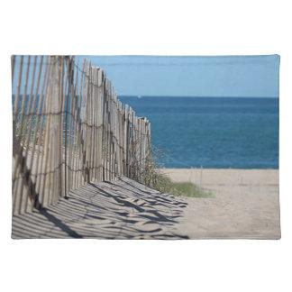 砂、ビーチの塀および海の影は浜に引き上げます ランチョンマット
