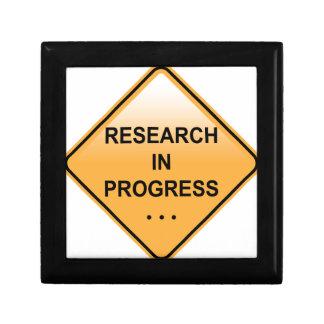 研究の進行中の印 ギフトボックス