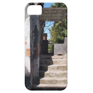 砕けるプラスターが付いている古い建物のポーチ iPhone SE/5/5s ケース