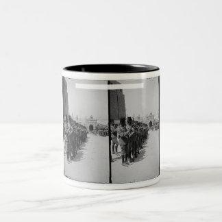砦、カイロc.1900のエジプトの兵士 ツートーンマグカップ