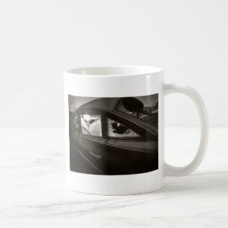 破壊される コーヒーマグカップ