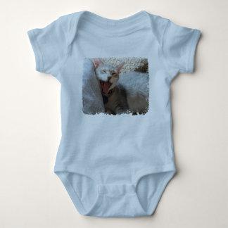 碧玉のあくびをする子ネコの写真の空色のクリーパー ベビーボディスーツ