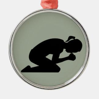 祈りでひざまずいているCustomizeableの女性 メタルオーナメント