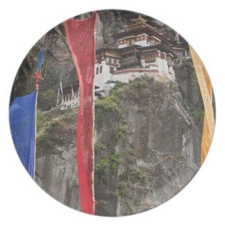 祈りの言葉の旗はTaktshangの近くでつるします プレート