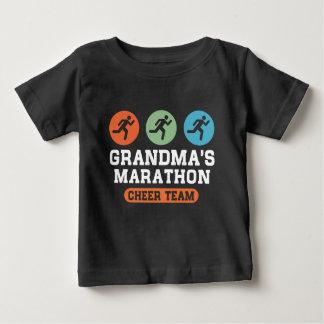 祖母のマラソンの応援のチーム ベビーTシャツ