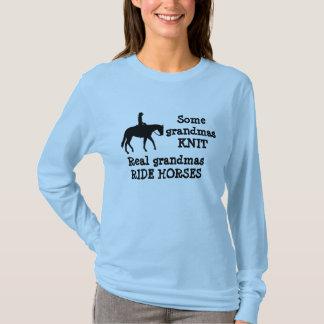 祖母のワイシャツによって乗られる馬 Tシャツ