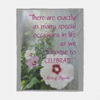 祝うべき毛布は朝の霧を引用するために開花します フリースブランケット