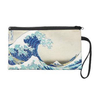 神奈川のリストレットの海岸の沖の素晴らしい波