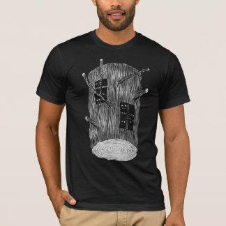神秘的な森林創造物が付いている木の丸太 Tシャツ
