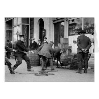 禁制品Liquor 1923年を握っている警察 グリーティングカード