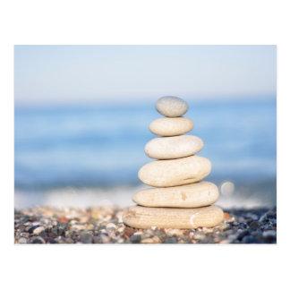 禅は海の海の夏の調和の落ち着いた積み重ねに投石します ポストカード