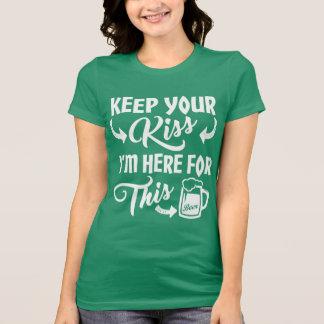 私がおもしろいなアイルランドビールのためにここにいる私に接吻しないで下さい Tシャツ