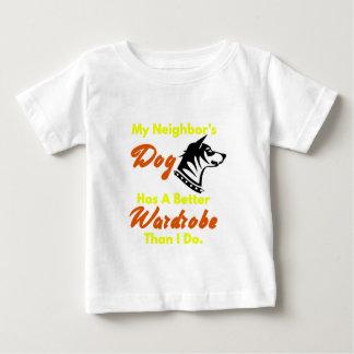 私がするより私の隣人の犬によりよいワードローブがあります ベビーTシャツ