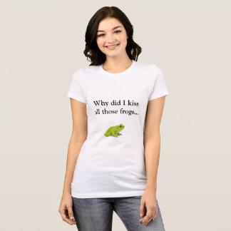 私がなぜかそれらのカエルにすべて…接吻して下さい Tシャツ