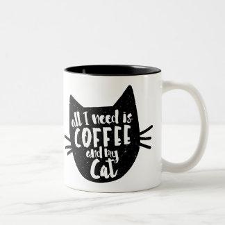 """""""私が必要とするすべてはコーヒーおよび私の猫""""のマグです ツートーンマグカップ"""