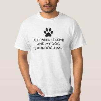 私が必要とするすべては愛であり、私の犬は個人化なります Tシャツ