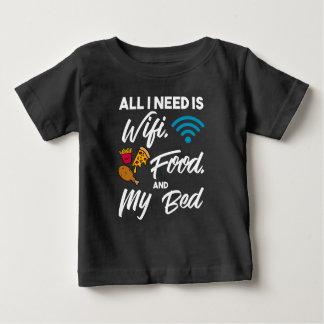 私が必要とするすべてはWifiの食糧および私のベッドです ベビーTシャツ