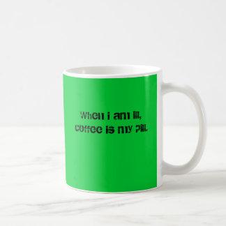私が病気のとき、コーヒーは私の丸薬です コーヒーマグカップ