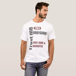 私が私ボディーガードであり、私に娘がいることを信頼して下さい Tシャツ