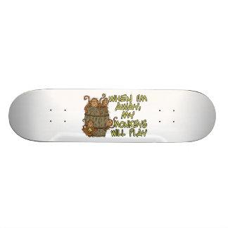 私が遠くになとき私の猿は遊びます スケートボード