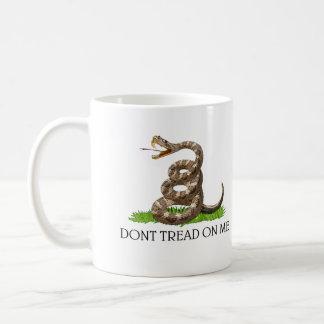 私でガズデンのアメリカ革命の旗を踏まないで下さい コーヒーマグカップ