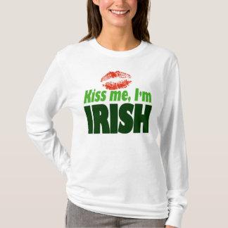 私によってがアイルランドのクラシックである私に接吻して下さい Tシャツ