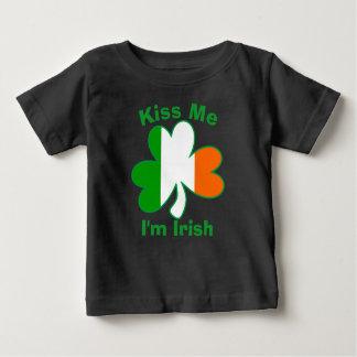 私によってがアイルランドのシャムロックのワイシャツである私に接吻して下さい ベビーTシャツ