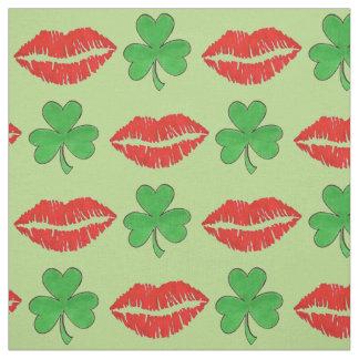 私によってがアイルランドの聖者のセントパトリックの日の生地である私に接吻して下さい ファブリック