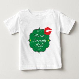 私によってが実際にアイルランド語である私に接吻して下さい ベビーTシャツ